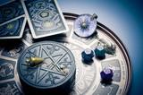 Anneau de zodiaque avec le soleil, dés avec astrologie symboles, voitures  de tarot, · Pendule ... e84fcbd7bd3