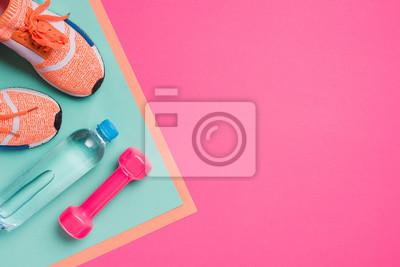 Sticker Appartement poser avec du matériel de sport sur fond rose