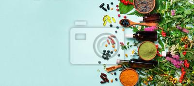 Sticker Approche de la médecine holistique. Alimentation saine, compléments alimentaires, plantes médicinales et fleurs. Curcuma, lavande séchée, poudre de spiruline dans des bols en bois, baies fraîches, cap