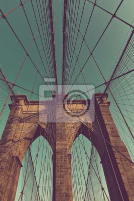 Arches et fils du pont historique de Brooklyn
