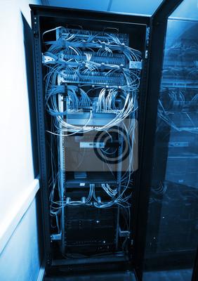 Armoire de serveur moderne avec des équipements et câbles réseau