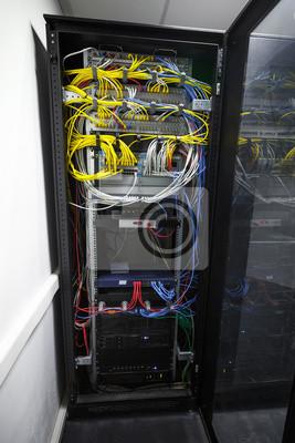 Armoire de serveur noir moderne avec des équipements et des fils réseau