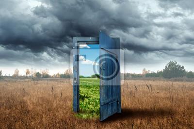 Sticker Arrière-plan créatif. Vieille porte en bois de couleur bleue dans la boîte. Transition vers un climat différent. Le concept de changement climatique, portail, magie. Espace de copie.