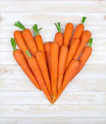 Sticker au cœur de la carotte sur un fond de bois