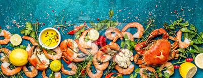 Sticker Baner. Fruits de mer crus frais - crevettes et crabes avec des herbes et des épices sur fond turquoise. Copier l'espace