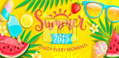 Sticker Bannière d'été avec des symboles pour l'été tels que crème glacée, melon d'eau, fraises, lunettes. Lettrage dessiné à la main pour modèle de carte, papier peint, flyer, invitation, affiche, brochure.