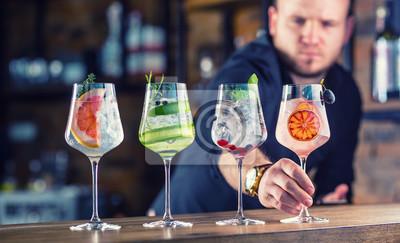 Sticker Barman au pub ou au restaurant préparant un cocktail gin tonic dans des verres à vin