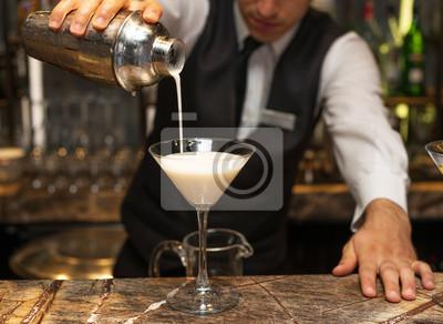 Sticker Barman au travail, la préparation de cocktails. versant Pina Colada au verre à cocktail. notion sur le service et les boissons.