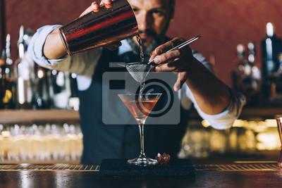 Sticker Barman fait du cocktail au club de nuit.