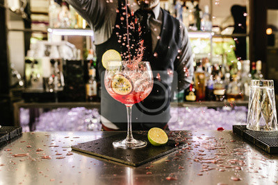 Sticker Barman fait un cocktail au club de nuit.