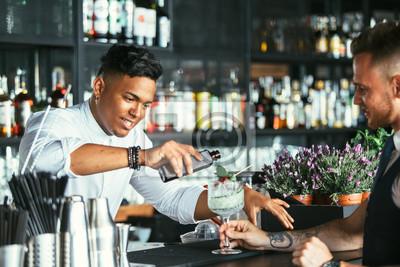 Sticker Barman prépare un cocktail à un serveur