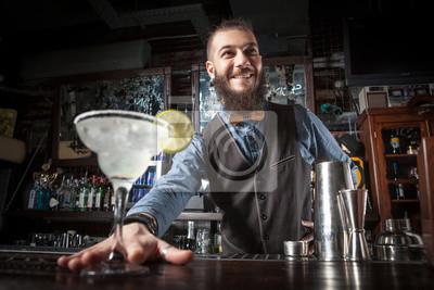 Sticker Barman servant un cocktail.