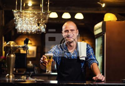 Sticker Barman versant la bière fraîche dans le pub, barman main à la bière couler versant un projet de lager bière, bière du robinet, Remplissage de verre avec de la bière, bière fraîche, pub.Bar.Restaurant.