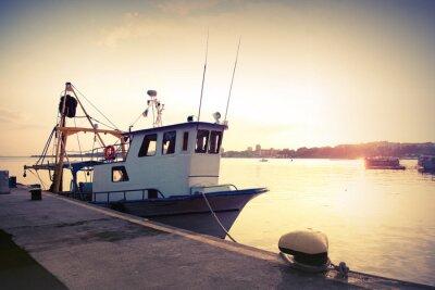 Sticker Bateau de pêche industrielle est amarré au port. Vintage photo tonique
