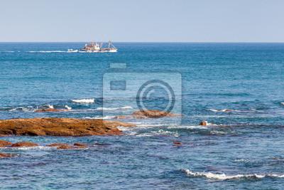 Bateau de pêche va sur l'océan Atlantique. Tanger, Maroc