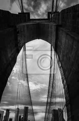 Bâtiments à Manhattan derrière tunnel de pont de Brooklyn en noir et blanc