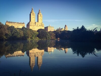 Bâtiments reflètent sur le lac à Central Park