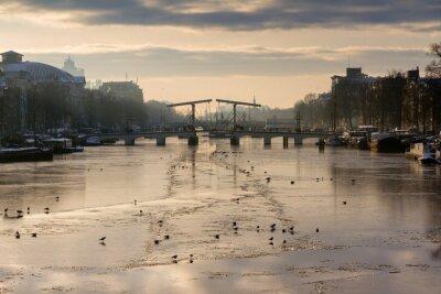 Sticker Beau panorama d'hiver de la rivière Amstel à Amsterdam, aux Pays-Bas, en regardant vers le pont maigre.