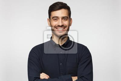 Sticker Bel homme d'affaires souriant en chemise bleue isolé sur fond gris