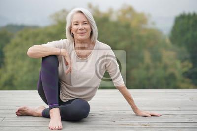 Sticker Belle femme âgée assise à l'extérieur dans les vêtements de sport