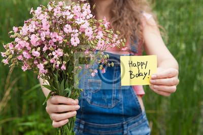 Belle Femme Avec Carte De Joyeux Anniversaire Et Bouquet De Fleurs