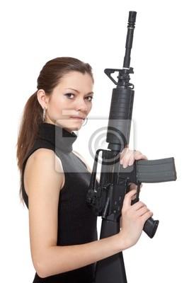 Belle fille tenant un fusil