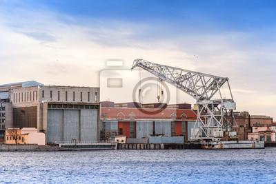 Big grue flottante industrielle sur le fleuve Neva, Saint-Pétersbourg