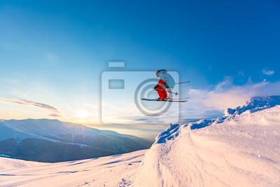 Sticker Bon ski dans les montagnes enneigées, les Carpates, l'Ukraine. Beau coucher de soleil d'hiver, incroyable saut à ski.