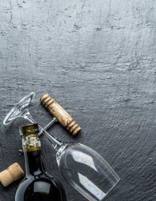 Sticker Bouteille de vin, verre à vin et tire-bouchon sur la planche de graphite.