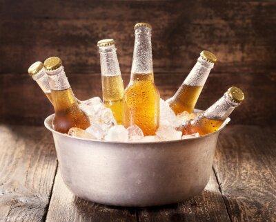 Sticker bouteilles de bière fraîche dans un seau avec de la glace