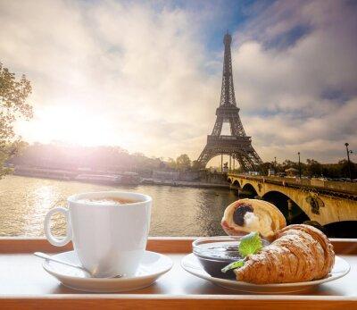 Sticker Café avec des croissants contre la Tour Eiffel à Paris, France