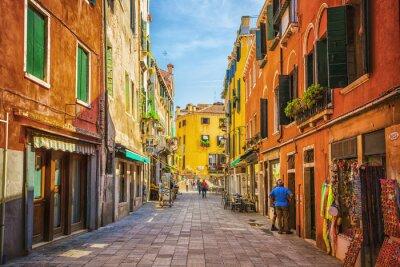 Sticker Canal étroit entre vieilles maisons colorées de briques à Venise