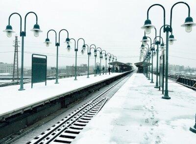Chemin de fer et lampadaire avec de la neige dans le style vintage
