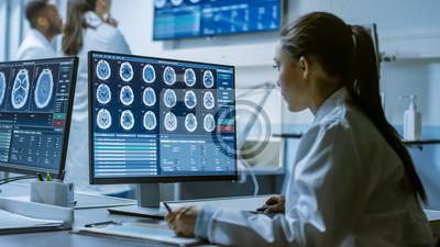 Sticker Chercheur médical travaillant avec des analyses du cerveau sur son ordinateur personnel, écrivant des données dans un presse-papiers. Laboratoire moderne travaillant sur la neurophysiologie, la scienc