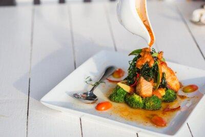 Sticker Chu Chee-Rouge pâte de curry de saumon sur des plaques blanches.