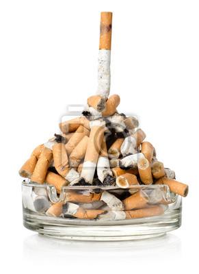 Cigarettes dans un cendrier en verre