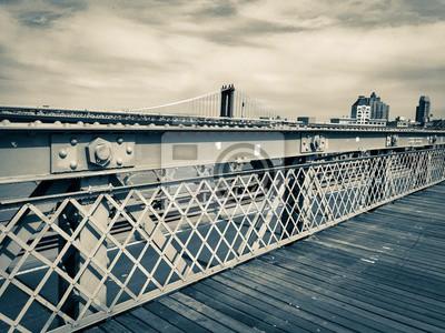 Clôture et promenade au pont de Brooklyn et pont de Manhattan en style vintage