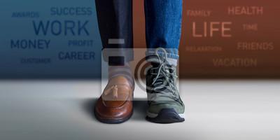 Sticker Concept d'équilibre travail-vie personnelle. Section basse d'un homme debout avec la moitié de ses chaussures de travail et de ses chaussures de voyage, un texte flou sur le mur en arrière-plan