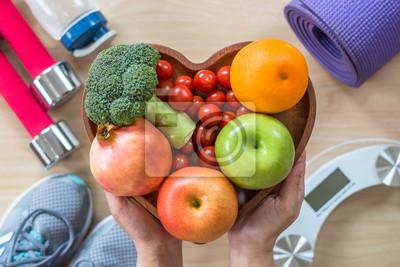 Sticker Concept de mode de vie sain, nourriture saine bonne santé diététique dans le plat de coeur avec sporty gym aérobie exercice de remise en forme formation de classe équipement, échelle de poids et chaus