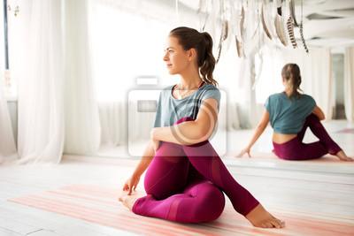Sticker concept de remise en forme, sport et mode de vie sain - femme faisant des exercices de yoga au studio