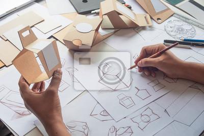 Sticker Concepteur dessin esquisse dessin brun carton carton produit éco emballage maquette boîte développement modèle paquet marque branding étiquette. concept de studio de designer.