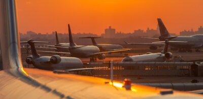 Sticker Coucher de soleil à l'aéroport avec des avions prêts à décoller