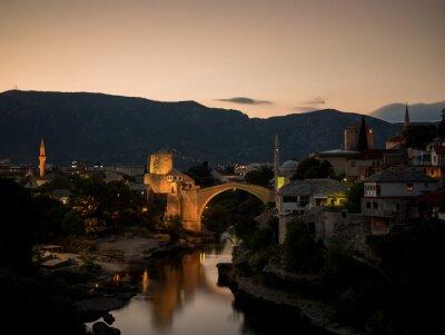 Coucher de soleil de la vieille ville et du vieux pont restauré (Stari Most), à Mostar, en Bosnie-Herzégovine