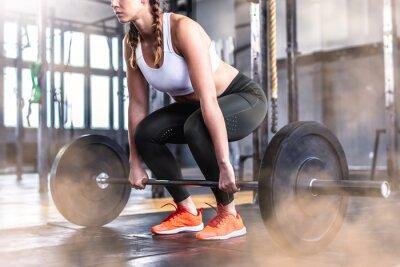 Sticker Coup de femme de remise en forme dans la salle de gym avec haltères