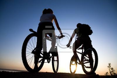 Couples sur des bicyclettes