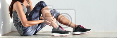 Sticker Courir des blessures sportives jambe douleur - coureur femme coureur blessé tenant douloureux entorse musculaire de la cheville. Athlète féminine avec des douleurs articulaires ou musculaires et un pr