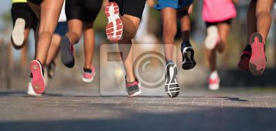 Sticker Courir les enfants, les jeunes athlètes courent dans une course de course pour enfants, courent sur la rue avec les jambes, courent à la lumière du matin