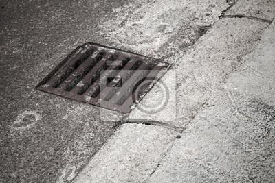 Couverture de drainage sur le côté de la route