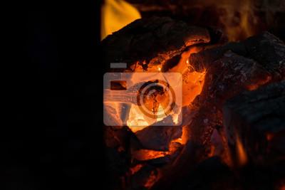 Crete De Flamme Sur Le Bois Brulant Dans La Cheminee Bruler