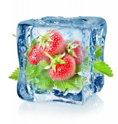 cube de glace et de fraises isolé